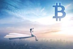 Женский предприниматель смотря символ bitcoin Стоковые Изображения RF