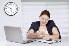 Женский предприниматель смотря smartphone Стоковая Фотография RF