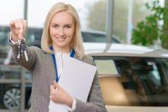 Женский представитель по сбыту поддерживает автомобиль Стоковое фото RF