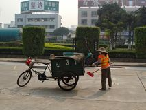 Женский привратник очищает отброс на улице Стоковые Фотографии RF
