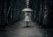 Женский призрак стоит на темном пути стоковые изображения