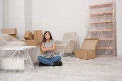 Женский пробовать быть спокойный пока двигающ в новую квартиру стоковое изображение rf