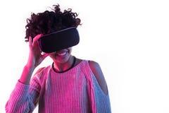 Женский пробовать на стеклах VR Стоковое Изображение