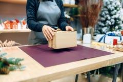 Женский продавец держит развернутую подарочную коробку коробки стоковое фото rf