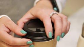 Женский продавец служа кофе молодого человека для того чтобы пойти акции видеоматериалы