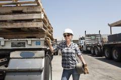 Женский промышленный работник готовя планшетную тележку в дворе тимберса Стоковое фото RF