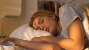 Женский просыпать вверх и смотреть будильник, выходя кровать в спешности, утре видеоматериал