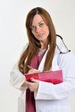 Женский профессионал медицинского соревнования с доской сзажимом для бумаги - составляющ схему стоковая фотография rf