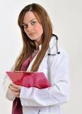Женский профессионал медицинского соревнования с доской сзажимом для бумаги - составляющ схему стоковая фотография