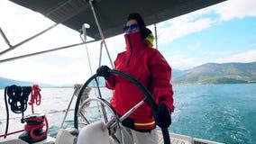 Женский профессионал управляет яхтой сток-видео