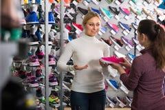 Женский продавец в магазине ботинок Стоковое Фото