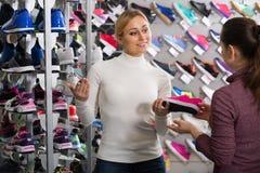 Женский продавец в магазине ботинок Стоковая Фотография RF