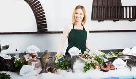 Женский продавец в магазине рыб Стоковое Изображение