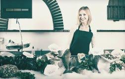 Женский продавец в магазине рыб Стоковое Изображение RF