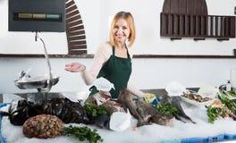 Женский продавец в магазине рыб Стоковая Фотография RF