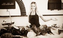 Женский продавец в магазине рыб Стоковые Фотографии RF