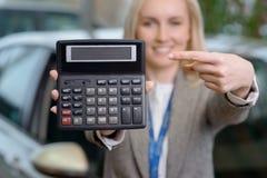 Женский продавец показывает дело цены Стоковые Фотографии RF