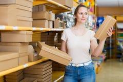 Женский продавец предлагает коробки для подарков Стоковое Фото
