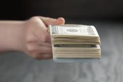 Женский пук долларов, крупный план владением руки Стоковые Фотографии RF