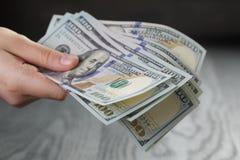 Женский пук долларов, крупный план владением руки Стоковое фото RF