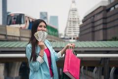 женский путешественник с банкнотами oney к ходить по магазинам Стоковое Изображение
