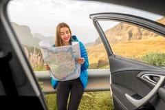 Женский путешественник с картой toursit около автомобиля Стоковое фото RF