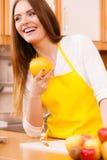 Женский плодоовощ удерживания кашевара Стоковое Фото