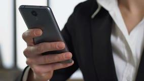 Женский работник используя крупный план применения смартфона, современную технологию, устройство акции видеоматериалы