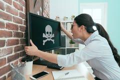 Женский работник офиса держа монитор компьютера Стоковые Изображения RF