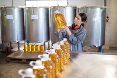Женский работник проверяя бутылки масла Стоковое фото RF