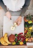 Женский работник работая на баре сока режа яблоко Стоковые Фотографии RF
