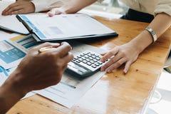 Женский работник работая с обработкой документов диаграммы и калькулятора в o Стоковая Фотография RF
