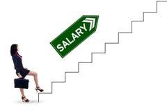 Женский работник с текстом зарплаты на лестницах Стоковое Изображение RF
