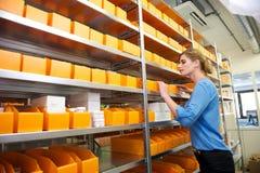 Женский работник фармации смотря полки для лекарств и медицины Стоковые Изображения RF