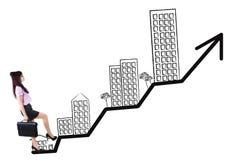 Женский работник шагая на диаграмму свойства дела Стоковые Изображения