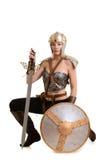 Женский ратник вставать с шпагой и экраном Стоковые Изображения