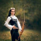 Женский ратник лучника в костюме с луком и стрелы Стоковое Фото