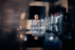 Женский руководитель группы на обсуждении встречи говоря в конференц-зале офиса стоковое фото rf