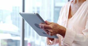 Женский руководитель бизнеса используя цифровую таблетку акции видеоматериалы