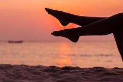 Женский силуэт ног на предпосылке моря Стоковые Изображения RF
