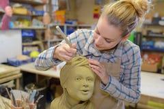 Женский скульптор на работе стоковая фотография rf