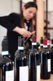 Женский сомелье раскупоривая бутылку красного вина dolcetto в Пьемонте, Италии стоковое фото rf