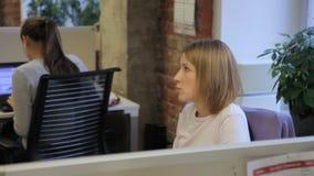Женский специалист говорит сидеть в рабочем месте в ведущей компании видеоматериал