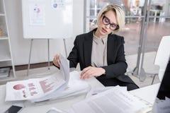 Женский специалист по маркетингу в офисе Стоковые Изображения RF