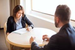 Женский специалист по набору персонала во время интервью в гостинице Стоковые Изображения RF