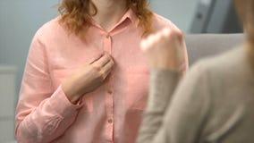 Женский спрашивая глухой телефонный номер друга, разговор в языке жестов, диалоге сток-видео