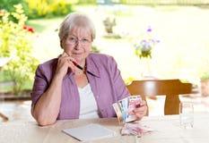 Женский старший высчитывая ее бюджет Стоковое фото RF