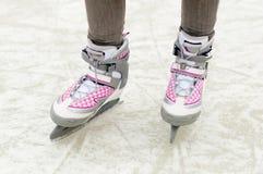 женский стоять коньков ног льда стоковое фото