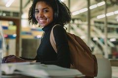 Женский студент изучая в архиве стоковое изображение