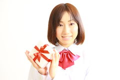 Женский студент средней школы предлагая подарок Стоковые Изображения